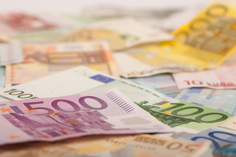 peniaze, zmluva, znalec
